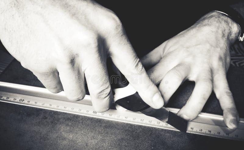 De hand die van de persoon met een heerser werken stock fotografie