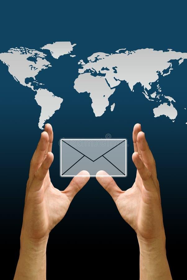 De hand draagt het e-mailpictogram met de wereldkaart vector illustratie