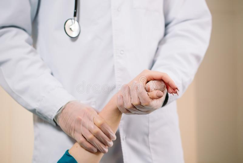 De hand en de maatregelen van het meisje van de artsenholding de impuls van de patiënt royalty-vrije stock afbeeldingen