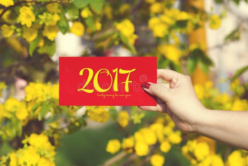 De hand geeft geld in rode enveloppen - ANG pow of rood pakket aan wat royalty-vrije stock fotografie