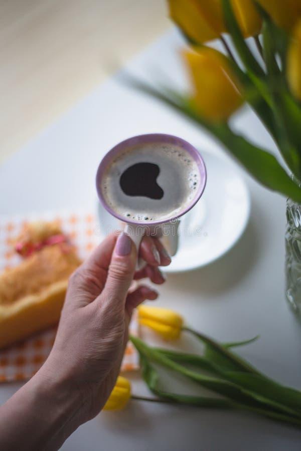 De hand houdt een koffie stock fotografie