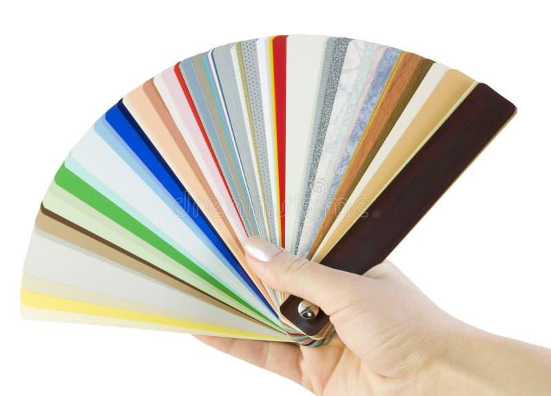 De hand houdt steekproeven van zonneblinden stock afbeeldingen