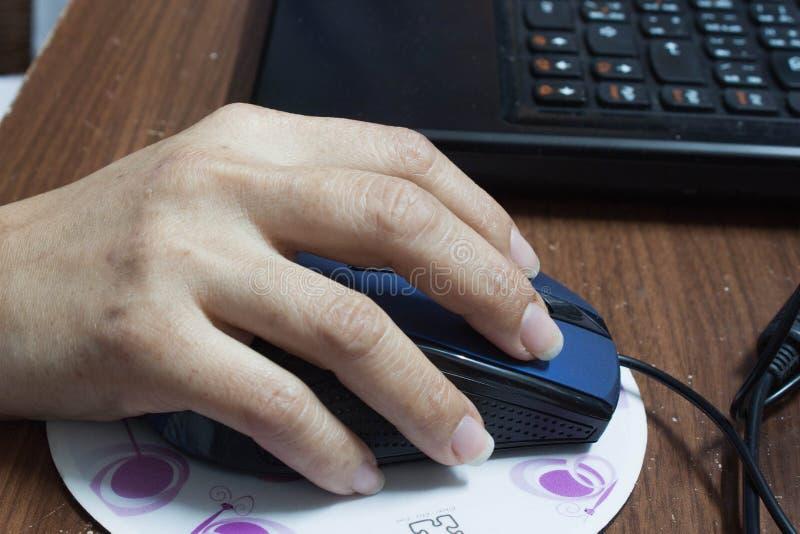 De hand klikt muis van computer stock foto's
