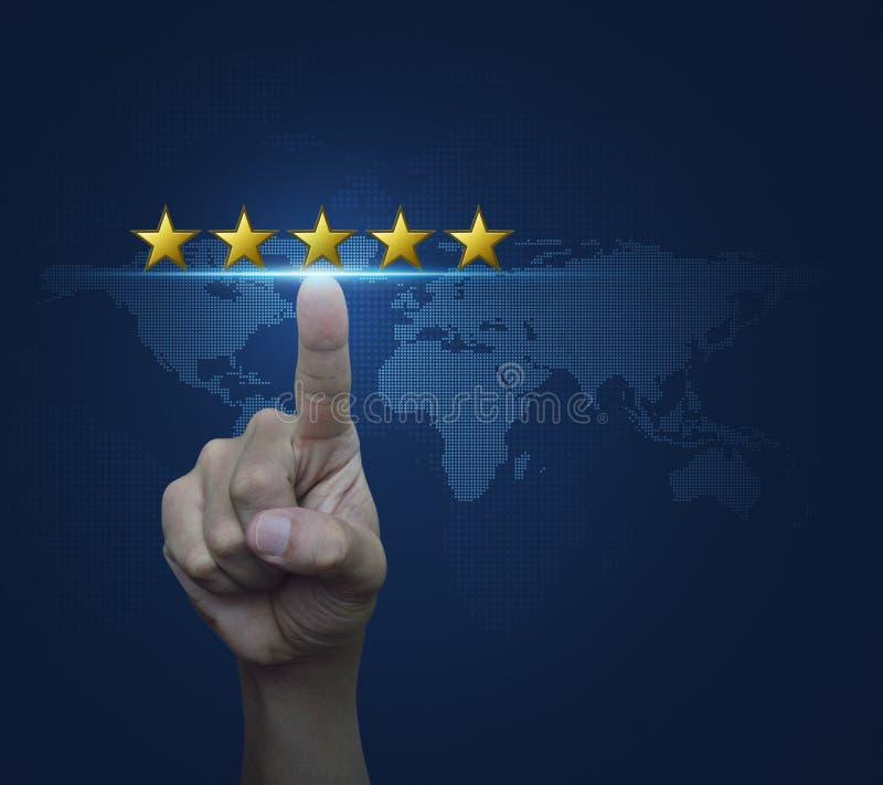 De hand klikt op vijf gele sterren om classificatie over digitaal te verhogen stock fotografie