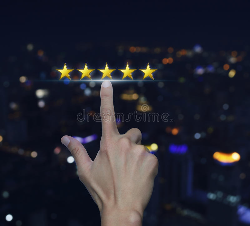 De hand klikt op vijf gele sterren om classificatie over vaag te verhogen royalty-vrije stock foto