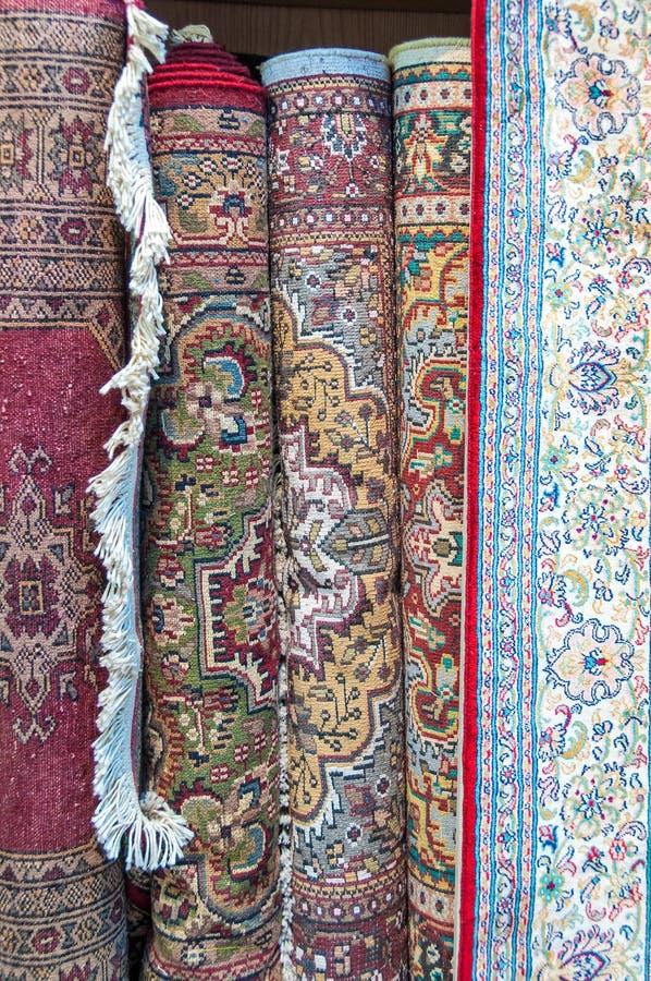 De hand knoopte tapijten op vertoning voor verkoop in Muttrah Souk, Muscateldruif, Oman, Midden-Oosten royalty-vrije stock afbeeldingen