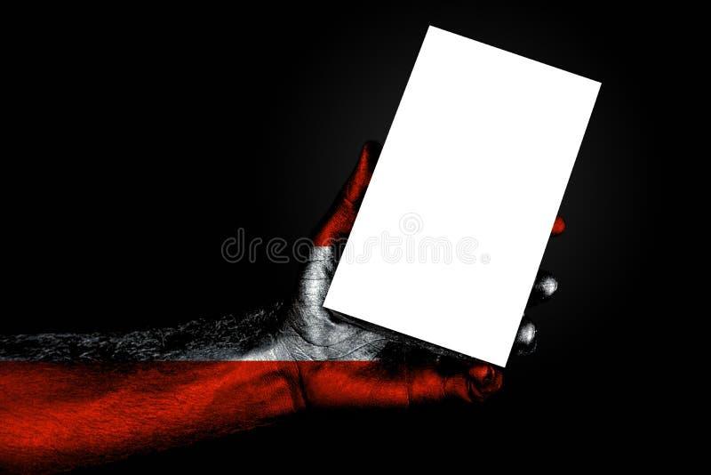 De hand met geschilderde vlag Oostenrijk die een groot wit blad met ruimte voor een inschrijving houden, bespot omhoog royalty-vrije stock fotografie