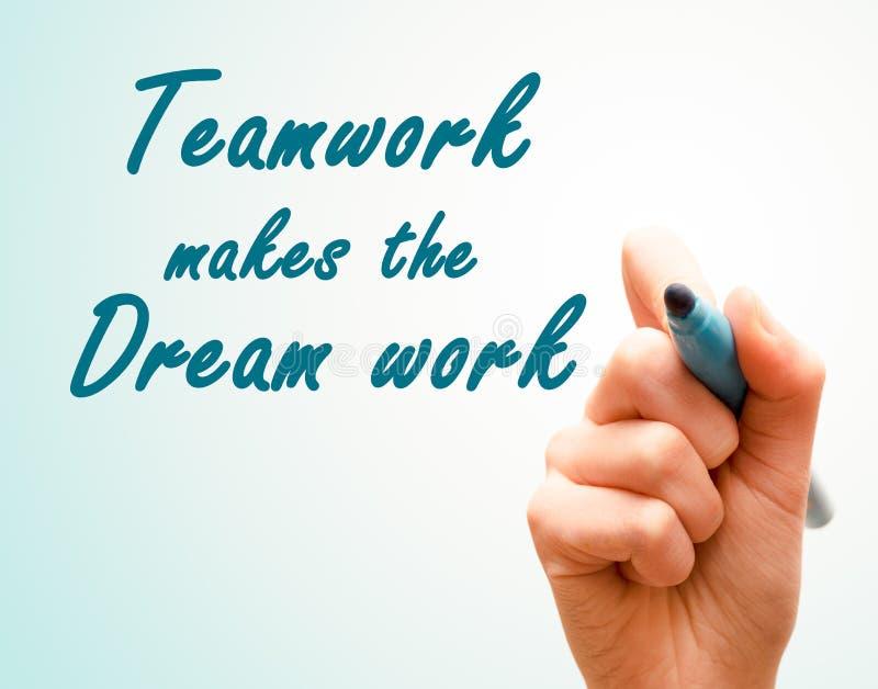 De hand met pen het schrijven het teamwerk maakt het droomwerk royalty-vrije stock foto's