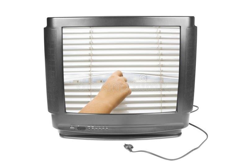 De hand opent de jaloezie op het TV-scherm royalty-vrije stock fotografie