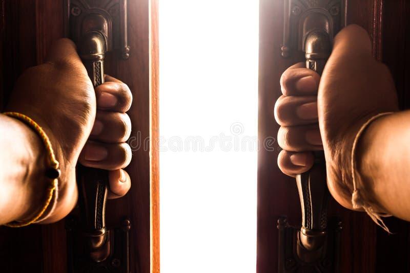 De hand opent lege ruimtedeur stock fotografie