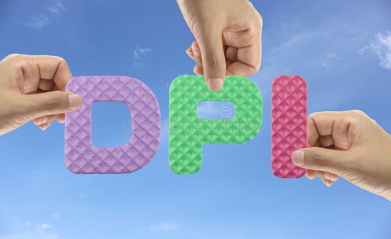 De hand schikt het alfabet DPI van acroniempunt per Duim binnen inschrijft stock fotografie