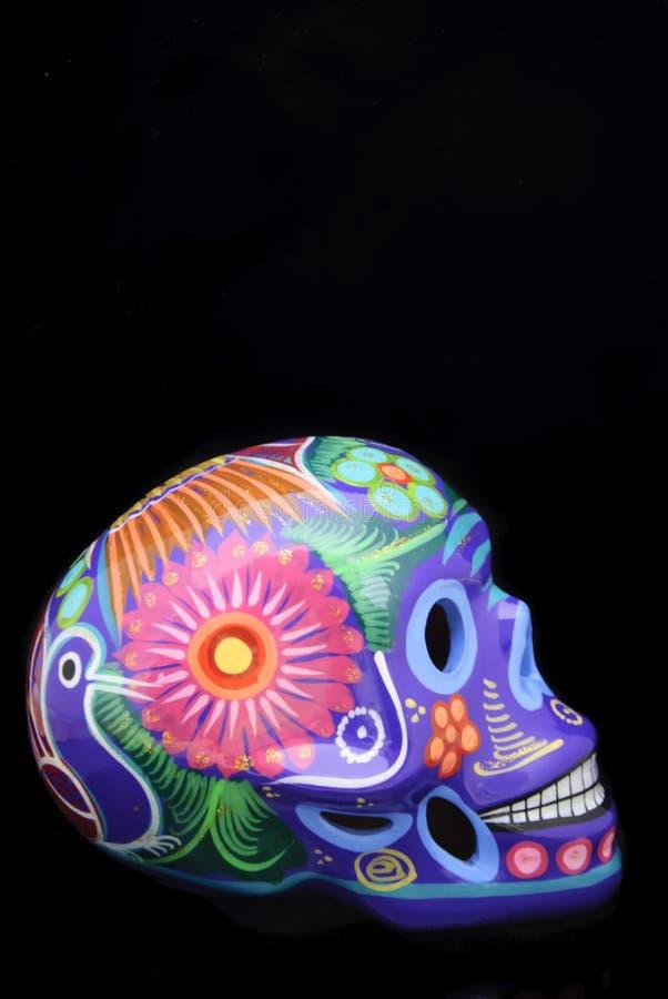 De hand schilderde traditionele Mexicaanse suikerschedel stock afbeeldingen