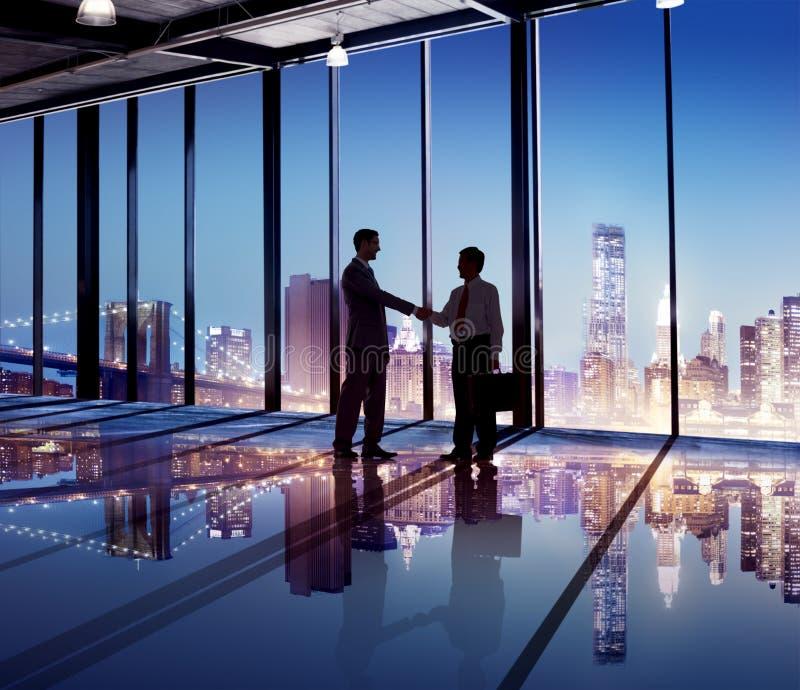 De Hand Schuddend Cityscape van bedrijfsbureaumensen Concept royalty-vrije stock foto's