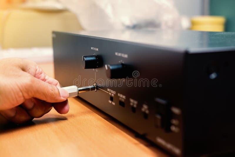 De hand stopt 3 de audio stereohefboom van 5 mm aan versterker stock afbeeldingen