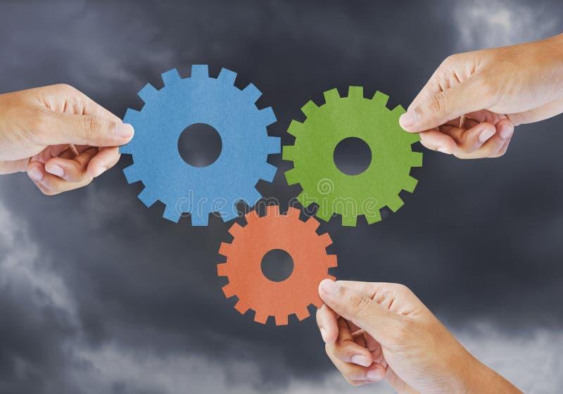 De hand toont toestel aan groepswerk als concept stock afbeelding