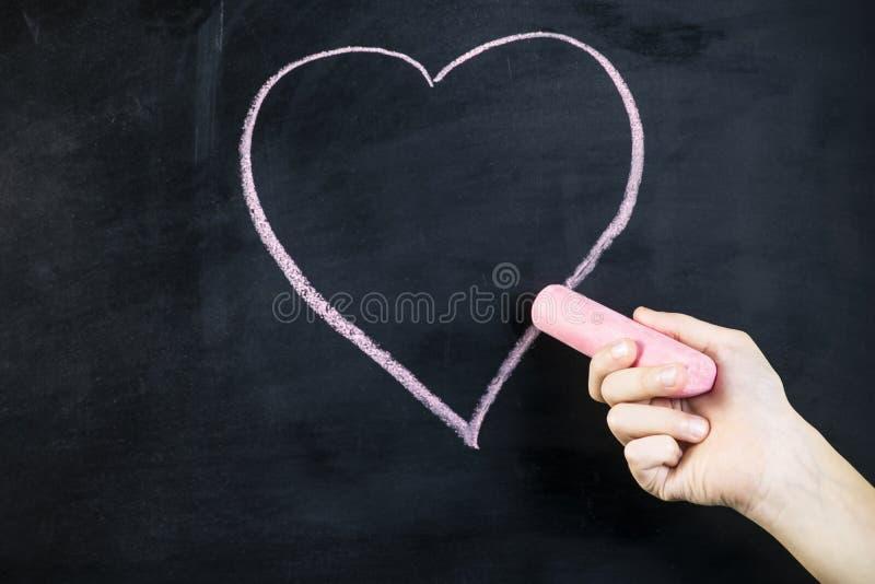 De hand trekt een roze krijthart stock afbeelding