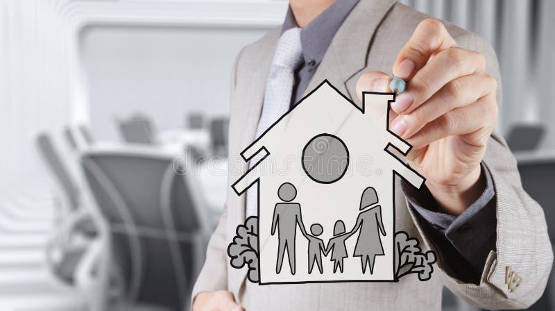 De hand trekt familie en huis als verzekering stock foto's