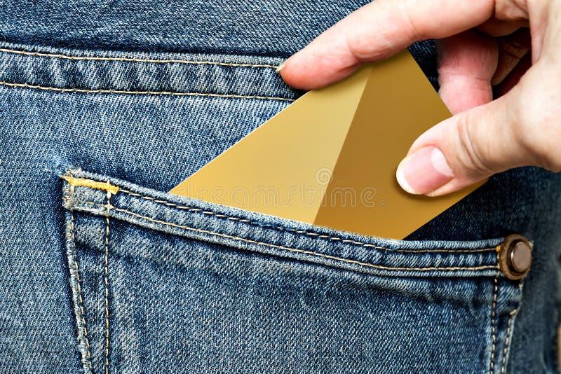 De hand trekt de telefoon uit de jeanszak royalty-vrije stock afbeeldingen