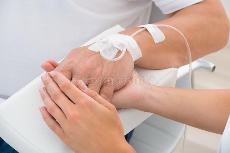 De Hand van artsenholding patient ` s royalty-vrije stock foto's