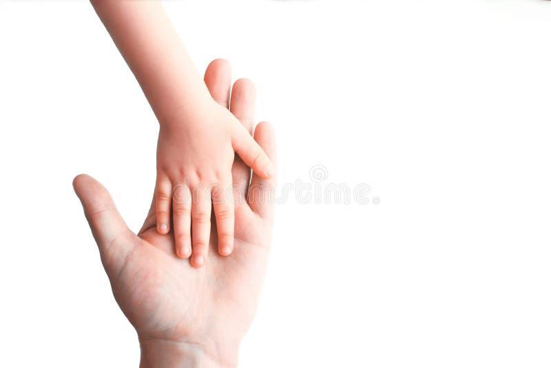 De hand van de baby ligt op de hand royalty-vrije stock afbeelding