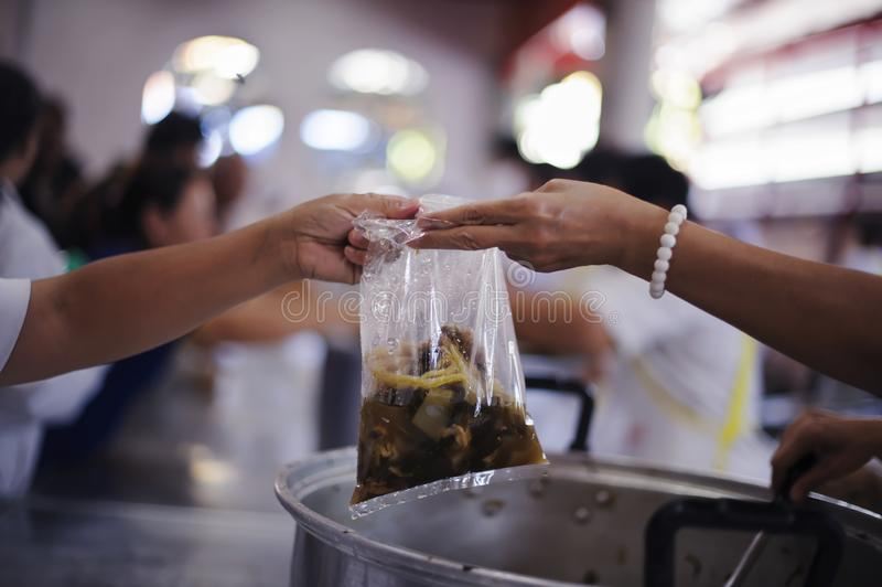 De Hand van de Bedelaars ontvangt liefdadigheidsvoedsel van mede menselijke wezens: het concept het bedelaarsprobleem ter wereld royalty-vrije stock afbeelding