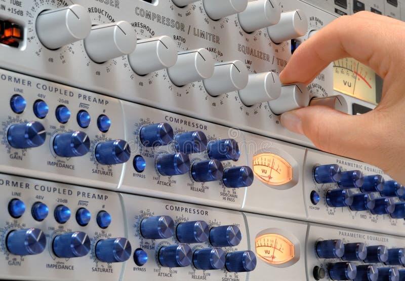 De hand van de audioingenieur op het werk stock afbeeldingen