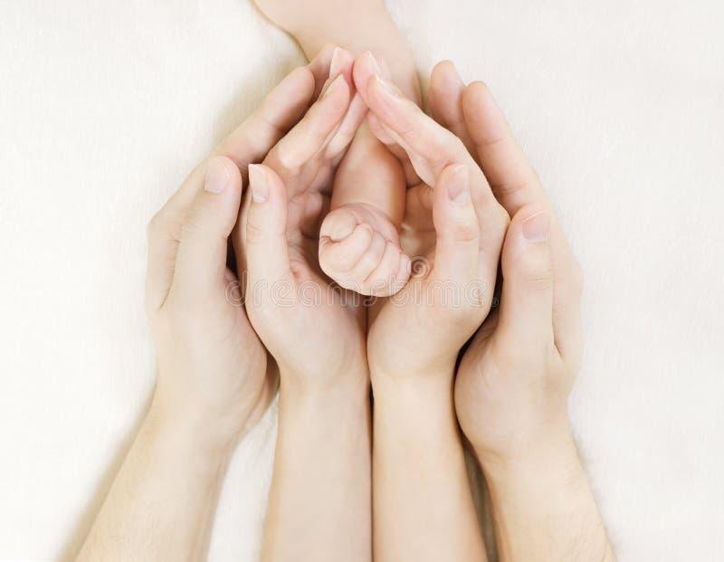 De hand van de baby binnen de handen van de ouder stock afbeelding