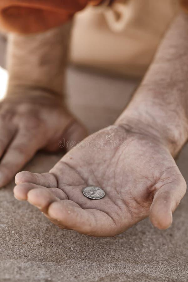 De hand van de bedelaar met muntstuk royalty-vrije stock afbeeldingen
