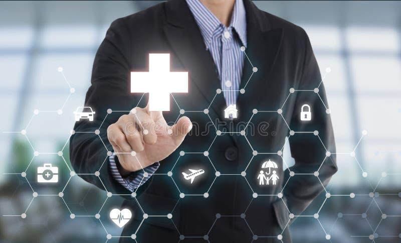 De hand van de bedrijfsverkopersagent het drukken de gezondheid van de knoopbescherming stock foto's