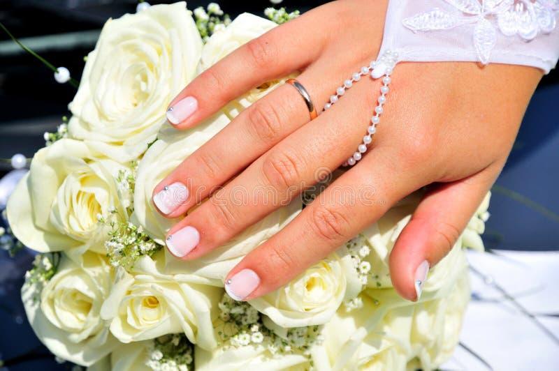 De hand van de bruid met haar nieuwe ring royalty-vrije stock afbeelding