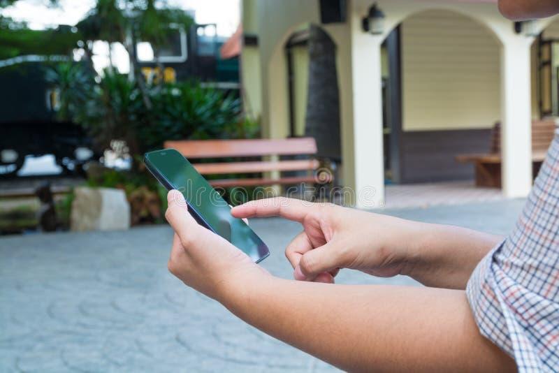 De hand van de Draadloze Mobiele Telefoon van het Vrouwengebruik of Smartphone verbindt met royalty-vrije stock afbeelding