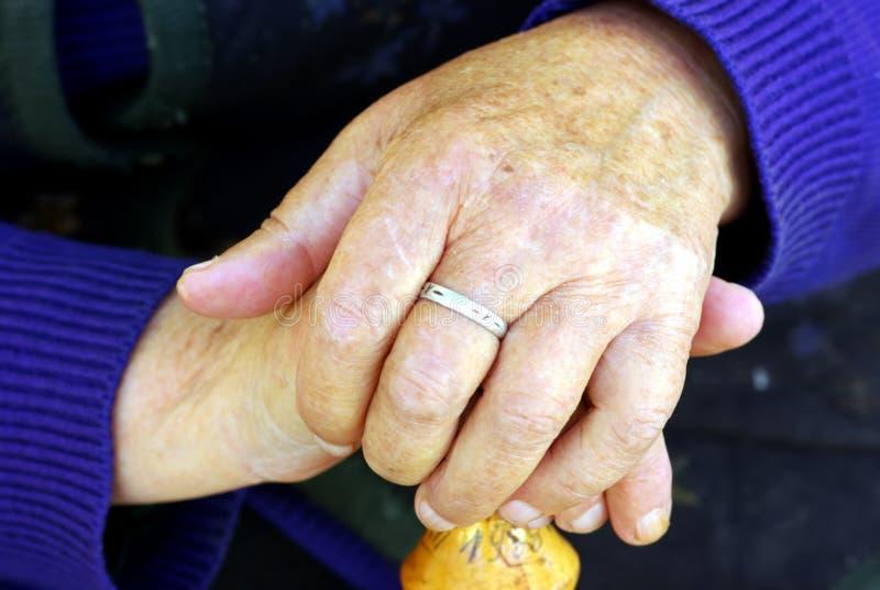De hand van de oude vrouw royalty-vrije stock foto