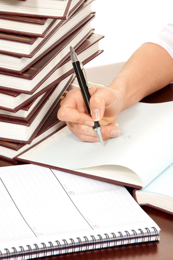 De hand van de persoon met pen die boekdocument ondertekent royalty-vrije stock afbeelding