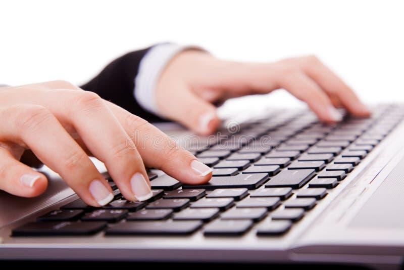 De hand van de secretaresse wat betreft computersleutels tijdens het werk royalty-vrije stock fotografie