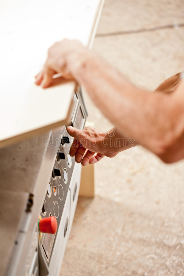 De hand van de timmerman op controleknoppen royalty-vrije stock foto