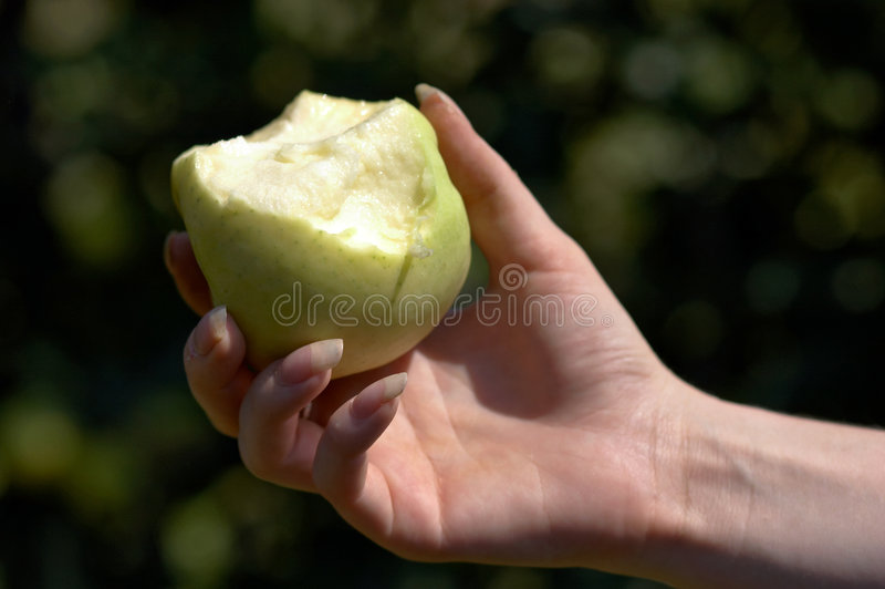 De hand van de vrouw met appel royalty-vrije stock fotografie