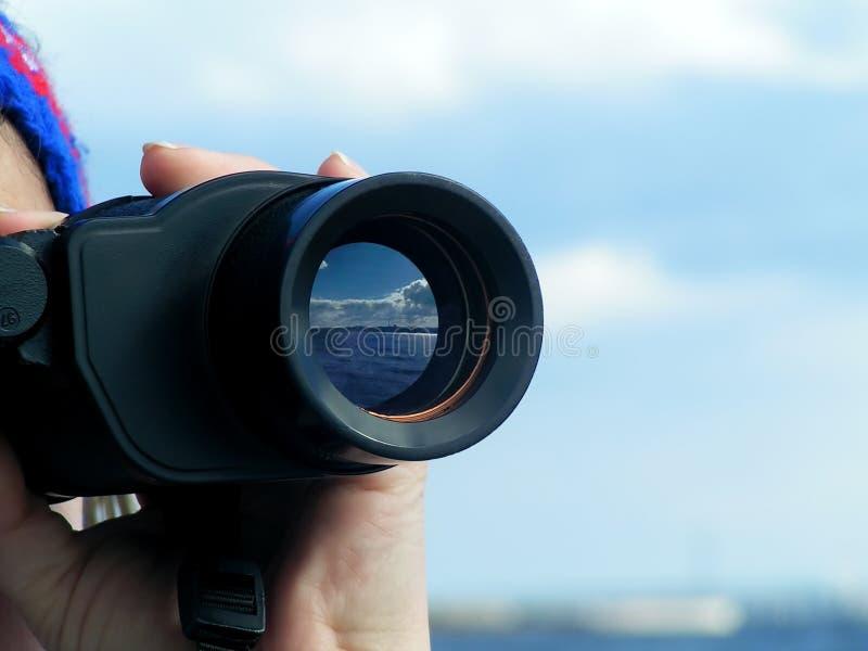 De hand van de vrouw met binoculair stock fotografie