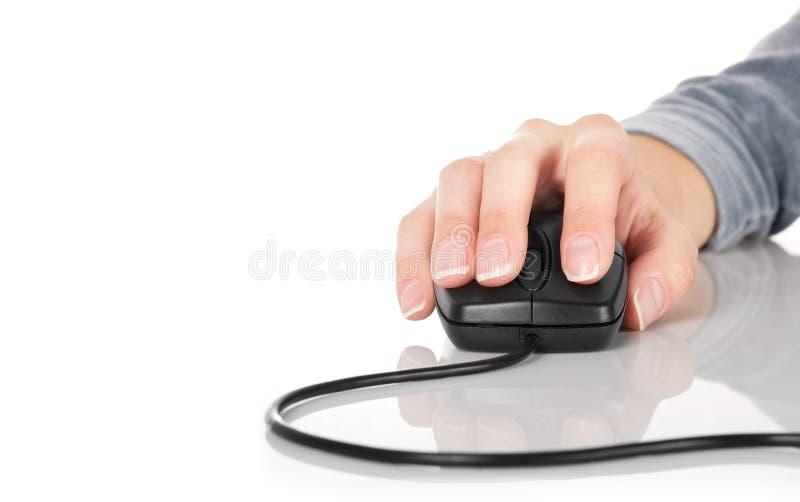 De hand van de vrouw op een muis stock foto