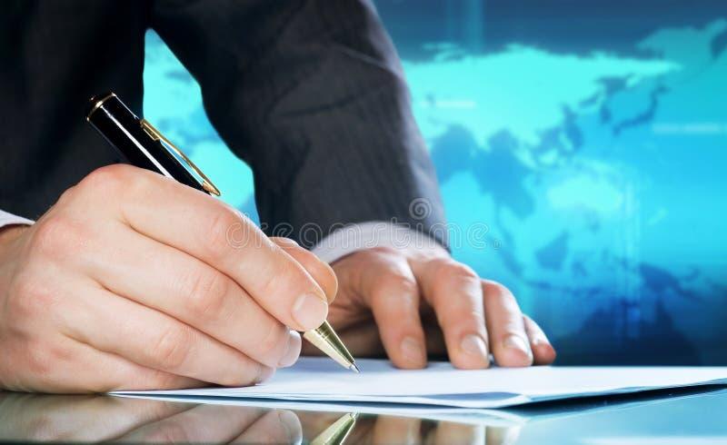 De hand van de zakenman met een pen