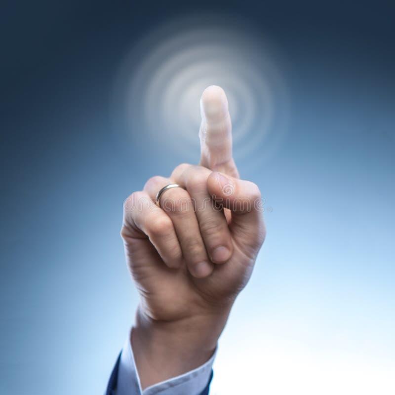 De hand van een mens drukt de knoop op het virtuele scherm stock fotografie