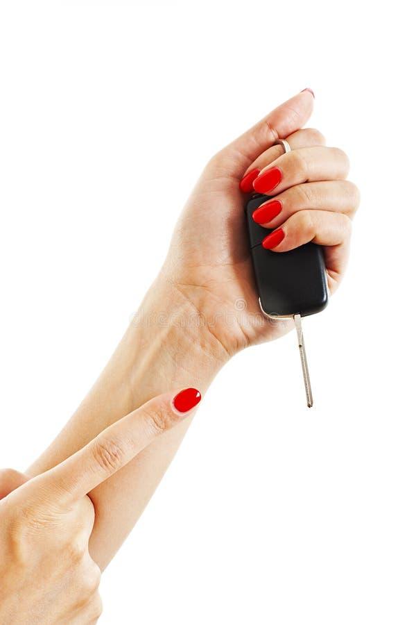 De hand van een vrouw houdt autosleutels stock fotografie