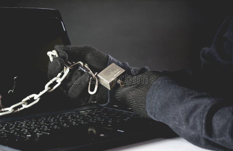 De hand van hakker opent computer Gevaarlijke hakker stealing gegevens royalty-vrije stock afbeelding