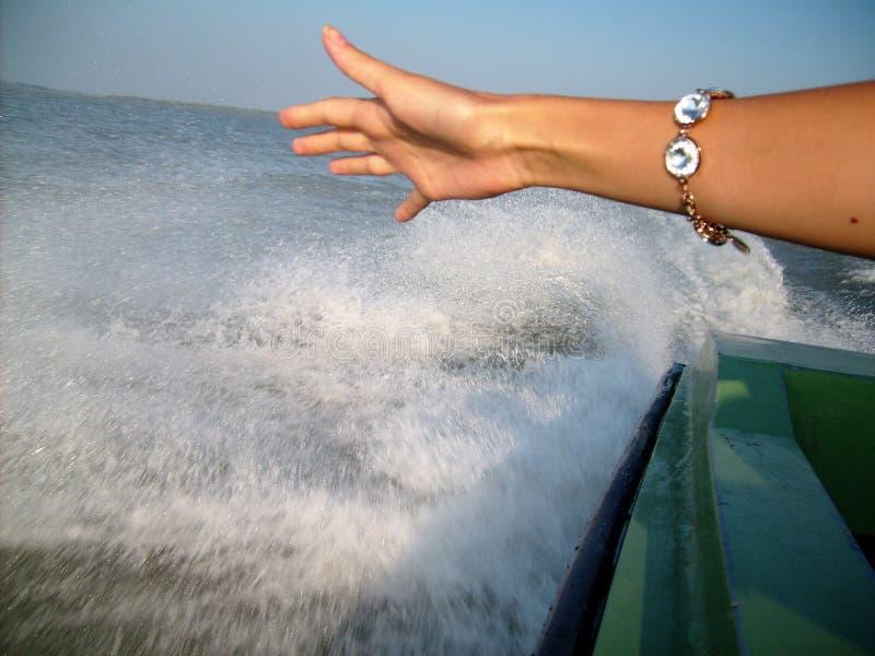 De hand van het meisje tegen de achtergrond van het bespatten van water royalty-vrije stock foto's
