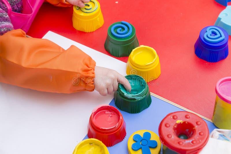 De hand van kinderen, groene verf, de creativiteit van kinderen royalty-vrije stock foto