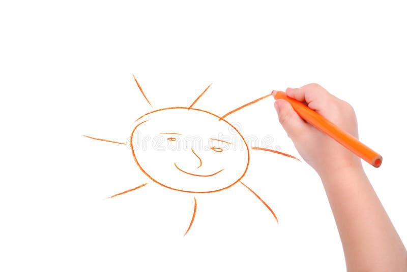 De hand van kinderen met potlood trekt de zon royalty-vrije stock afbeeldingen