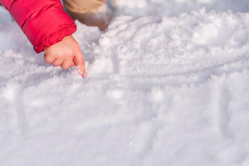 De hand van kinderen op de sneeuw royalty-vrije stock fotografie