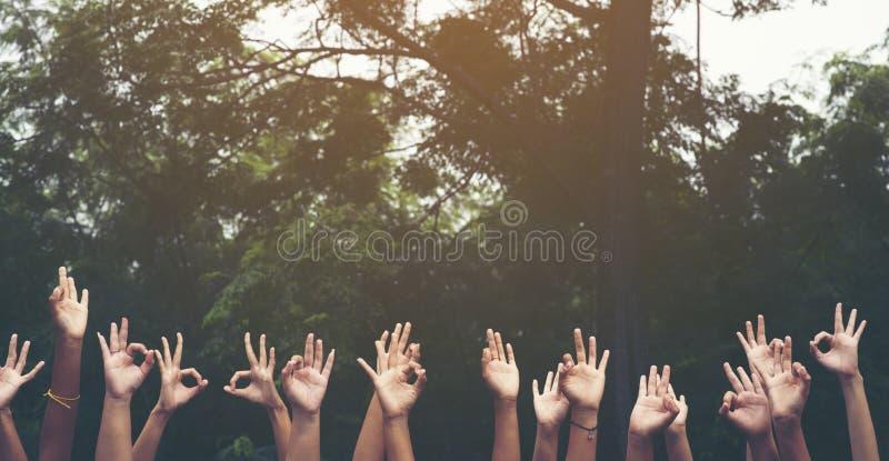 de hand van mensen die assembleert omhoog collectieve vergadering toont symbool werken stock fotografie