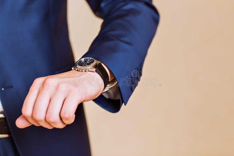 De hand van mensen met een horloge royalty-vrije stock afbeeldingen