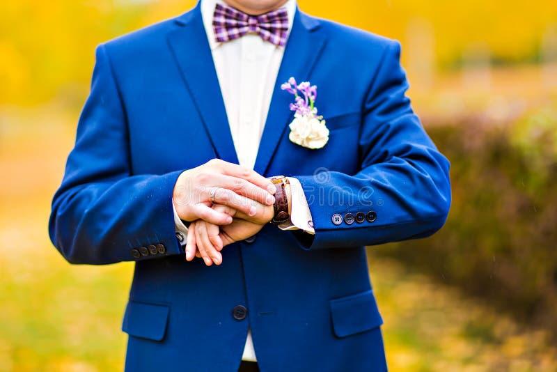 De hand van mensen met een horloge royalty-vrije stock foto's