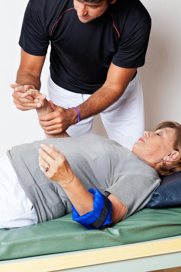 De Hand van therapeutexamining woman stock foto